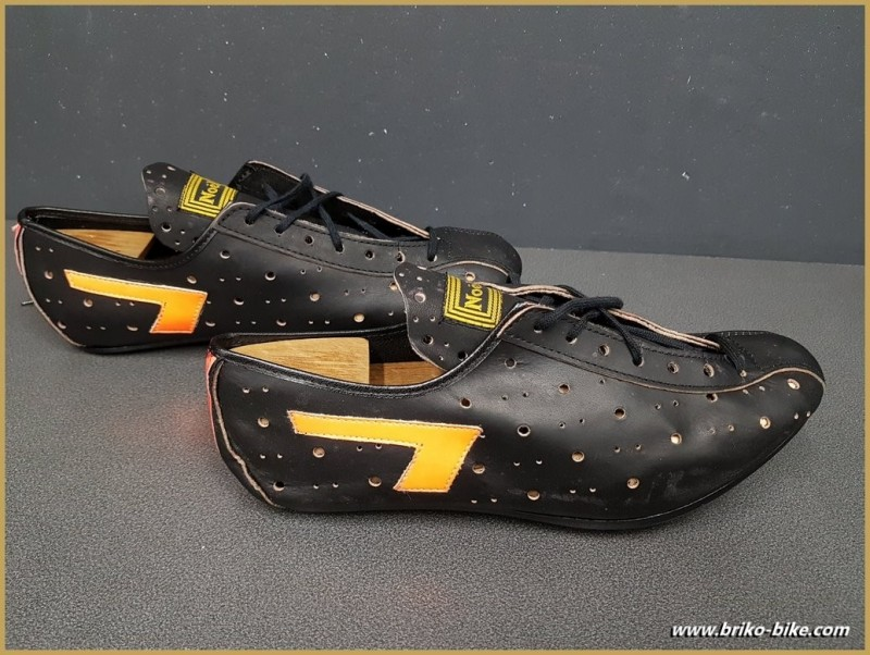 "Chaussures NOS ""NOEL"" Taille 41 (Ref 84)"