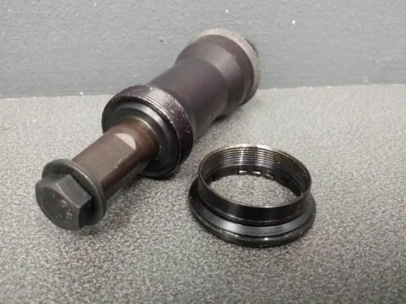 "Axe de pédalier NOS ""YST BB-966"" 122mm (Ref 120)"